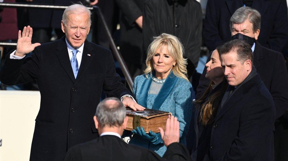 Accompagné par son épouse, Jill, Joe Biden a prêté serment à 11h48 à Washington (17h48 en Suisse).