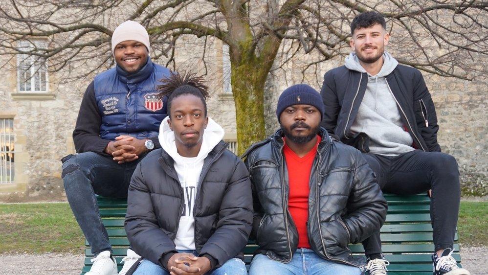 De gauche à droite, Nick Amougou, Roland Ndongo, Lucien Fouda et Fabio Mendonça Carvalho. Les amis posent devant le château de Rolle. Absents: Patrick Ferreira (de Saint-Oyens) et Achille Joost (de Bâle).