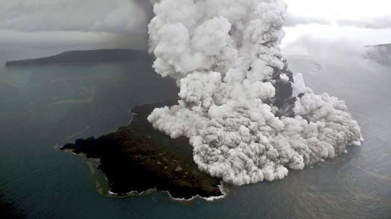 Le 22 décembre 2018, une éruption qui réduit la hauteur de l'Anak Krakatau des deux tiers provoque un tsunami meurtrier en Indonésie.