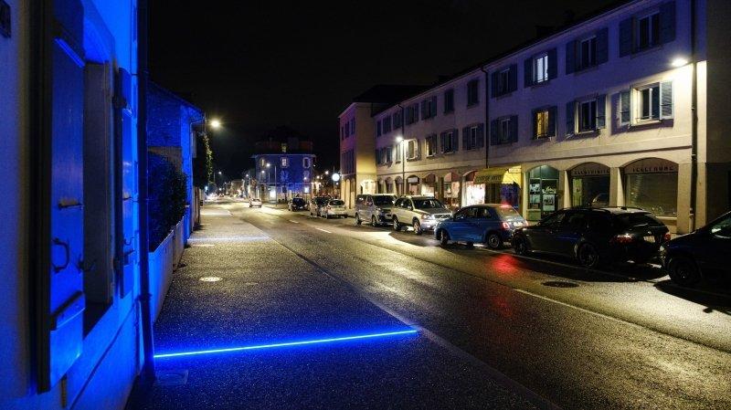 Ces led bleues sont apparues sur les trottoirs une fois la traversée de Versoix terminée.