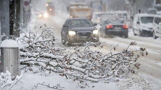 Météo: la neige provoque de nombreux accidents de la route et bloque des trains