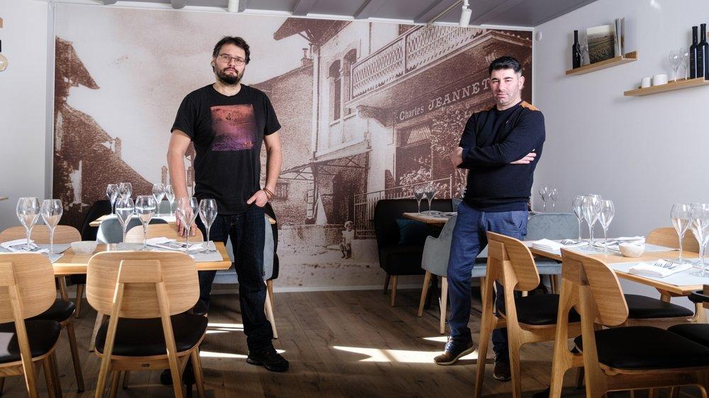 Eric Schmitt et João Pedro Ferreira (de g.à dr.) ont repris l'auberge communale qui a été rénovée de fond en comble.