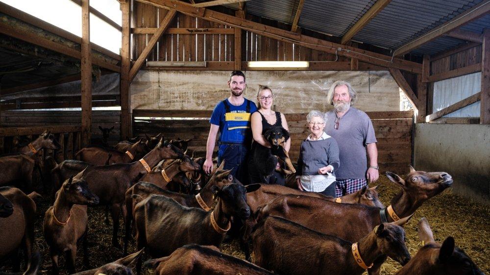 Gisèle et Jean-François Burnet (à dr.) viennent de remettre leur exploitation en fermage à Gala et Fabien Berlie (à g.). Le couple va poursuivre l'élevage des chèvres et la fabrication du fromage comme auparavant.