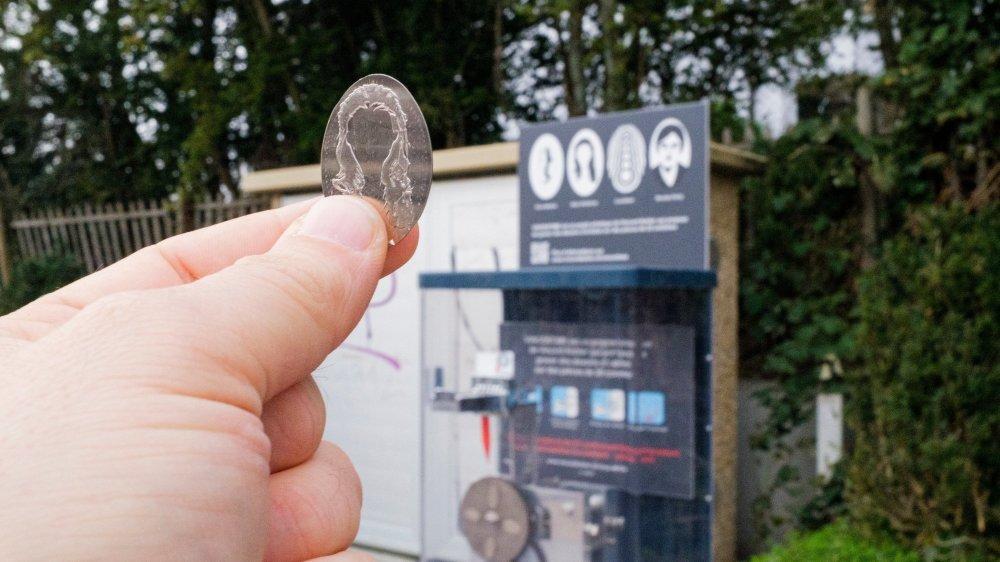 Une nouvelle série de mini-oeuvres d'art est à découvrir dans la machine à presser la monnaie de la gare de Gland.