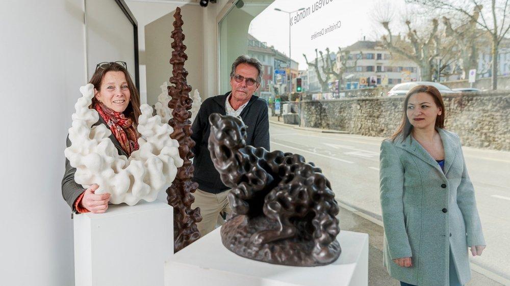 Yves Baumgartner et Christine Demière aux côtés des sculptures exposées dans la vitrine du cabinet.