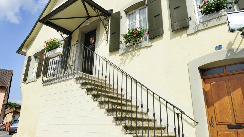 Ils sont encore dix candidats désireux de grimper ces escaliers qui conduisent à la salle de Municipalité de Tolochenaz.