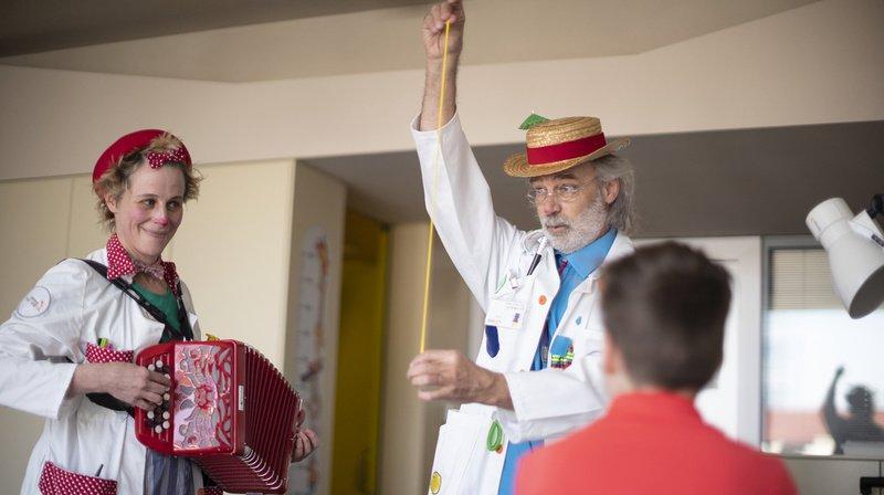 Chaque semaine, la Fondation organise et finance les visites de 75 artistes professionnels, appelés docteurs Rêves, dans 34 hôpitaux et 27 institutions pour enfant en situation de handicap.
