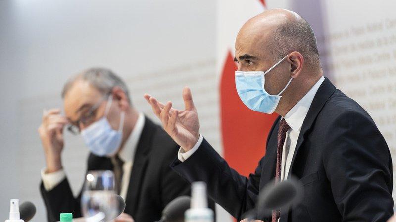 Le président de la Confédération Guy Parmelin et le ministre de la santé Alain Berset se sont exprimés devant la presse ce vendredi.