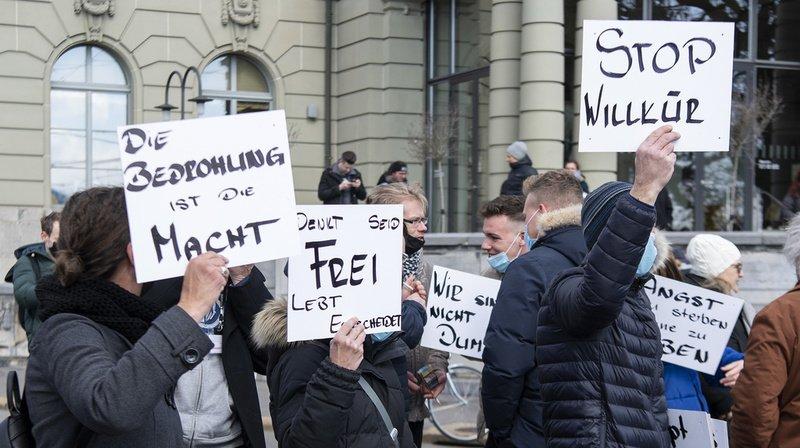 Coronavirus: la police empêche une tentative de manifestation à Berne, un agent blessé