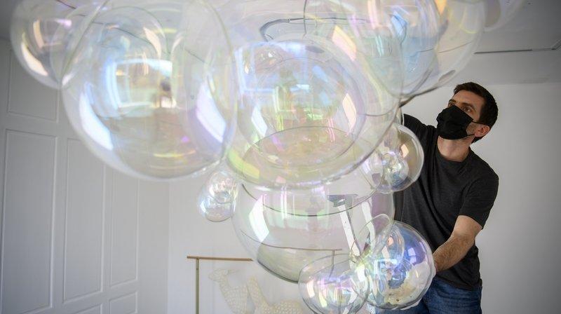 Un technicien du musée prépare l'œuvre en verre Lucid Love de Verhoeven Twins au déménagement du MUDAC.