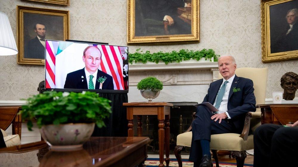 Joe Biden lors d'une réunion virtuelle avec le premier ministre irlandais Micheal Martin, en mars dernier.  Dans la poche de son veston, un bouquet de trèfle, symbole de l'Irlande d'où est originaire Joe Biden.