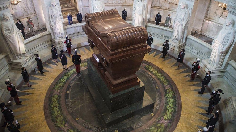 Sous la coupole des Invalides, le tombeau monumental de l'empereur français décédé il y a 200 ans à  Sainte-Hélène.