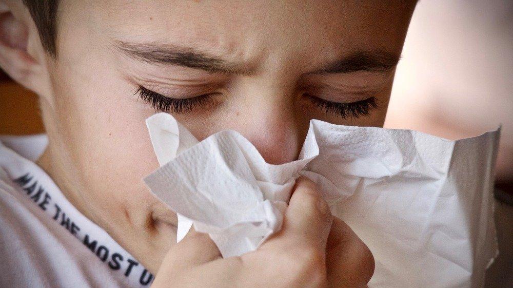La toux fait notamment partie des symptômes courants du coronavirus.