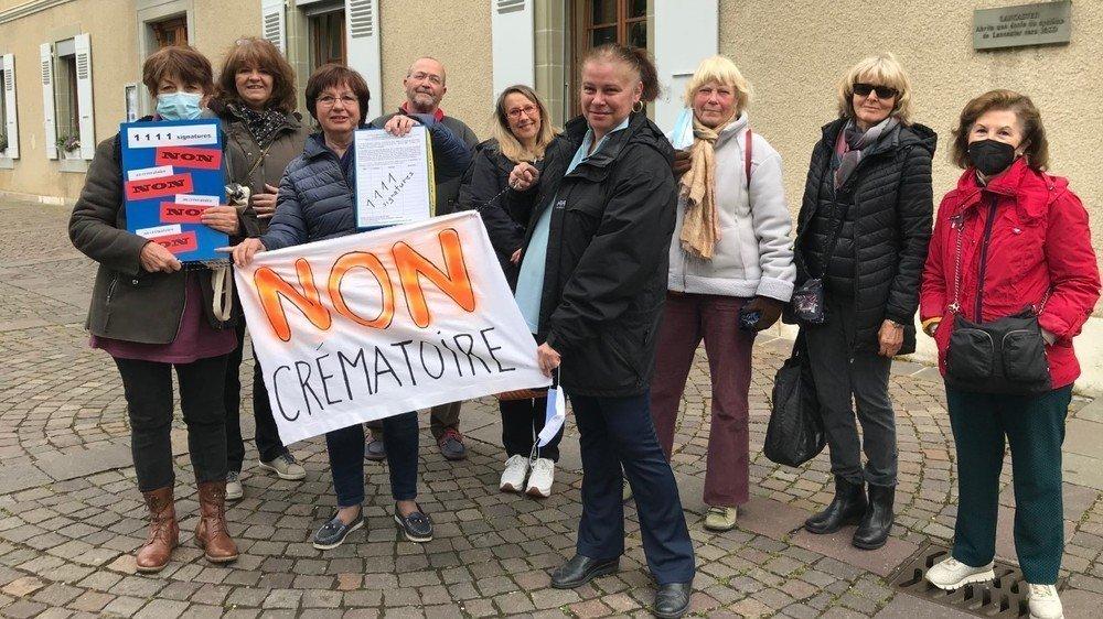 Les opposants, vendredi matin, lors du dépôt de la pétition à l'administration communale.