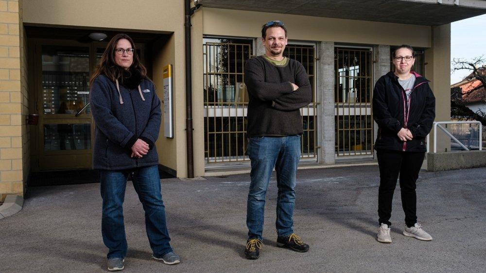 Une pétition a été lancée pour s'opposer à la fermeture de la poste, à l'initiative notamment (de gauche à droite): Sonia Neuenschwander, Grégoire Borboën et Sarah Zahnd.