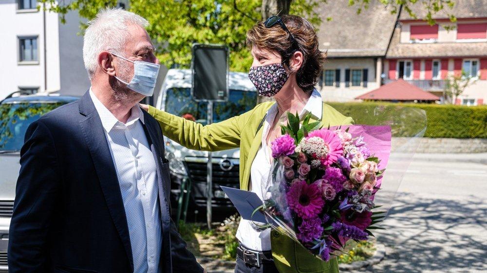 Moment d'émotion alors que Gérald Cretegny offre un bouquet de fleurs et une lettre à Christine Girod, qui lui succèdera en tant que syndique de la Ville de Gland.