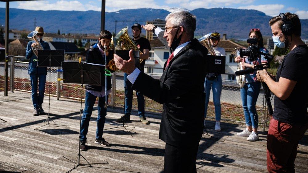 Jean-Claude Bloch, au centre, chauffe ses musiciens avant le tournage.