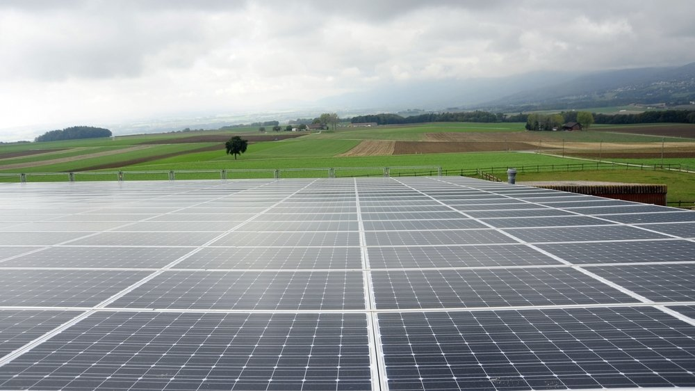 Pour devenir autonome en matière d'électricité, plusieurs communes installent des panneaux photovoltaïques sur leurs bâtiments.