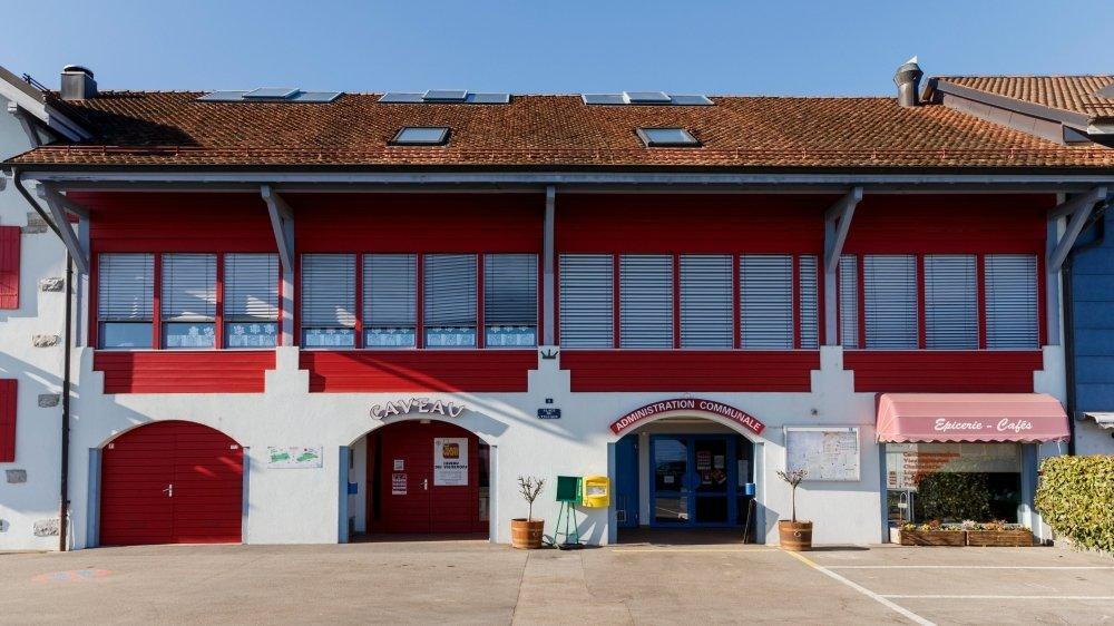 L'école est située dans le bâtiment de l'administration communale, en plein cœur du village.