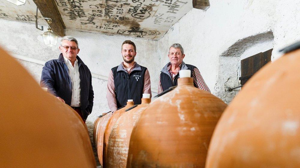 """Rodolphe, Paul et Maurice de Watteville ont dévoilé leur """"Cuvée confidentielle"""", cinq vins monocépages élevés en amphore dans le plus grand secret, dans leur cave du Domaine de Montbenay à Mont-sur-Rolle."""