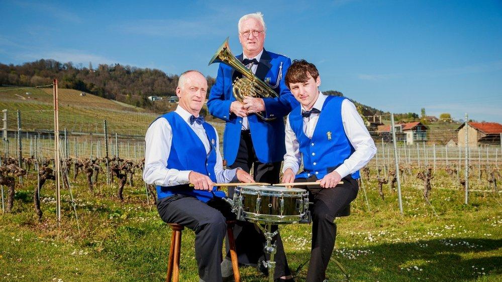 Thierry, Jean-François et Axel Maurer (de g. à dr.), tous membres de la fanfare de Mont-sur-Rolle. Jean-François en est le doyen, il a célébré son 60e concert avec l'ensemble l'an dernier.
