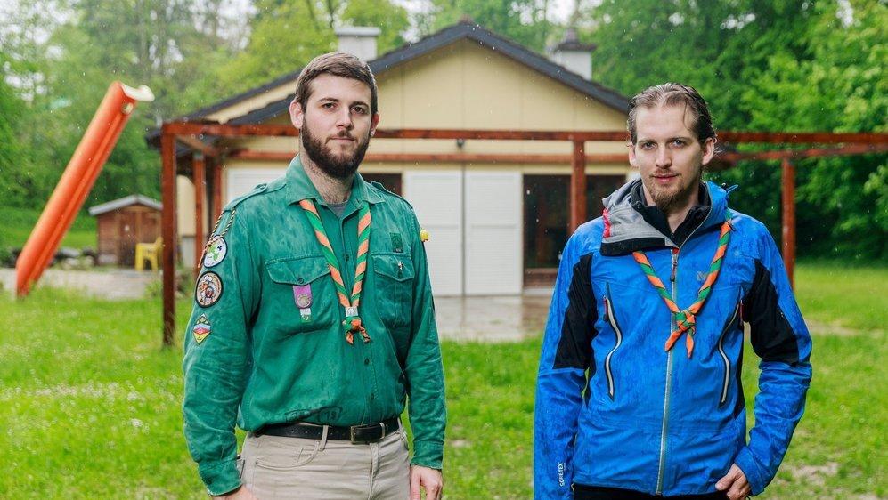 Célien Maret, chef de groupe scout du Noirmont-Gland (à g.), et Mathieu Vibert, président de la fondation qui gère la cabane de la Sardoche à Vich.  © Sigfredo Haro