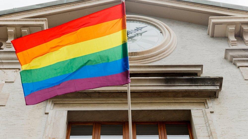 Le Canton a choisi le 17 mai pour communiquer, date de la Journée mondiale contre l'homophobie. Des actions symboliques ont été menées un peu partout dans la région, comme ici à Gland, où le drapeau arc-en-ciel a été hissé sur la Maison de commune.