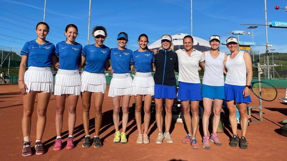 Affronter Martina Hingis (2e depuis la droite), ce n'est pas tous les jours. Alors les Nyonnaises ont immortalisé cet instant.