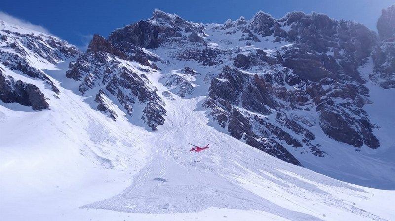 Les deux hommes ont été emportés par la masse de neige, faisant une chute de mille mètres dans la falaise.