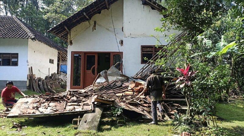 Le séisme a entraîné d'importants dégâts sur des centaines d'habitations ainsi que de nombreux bâtiments publics.