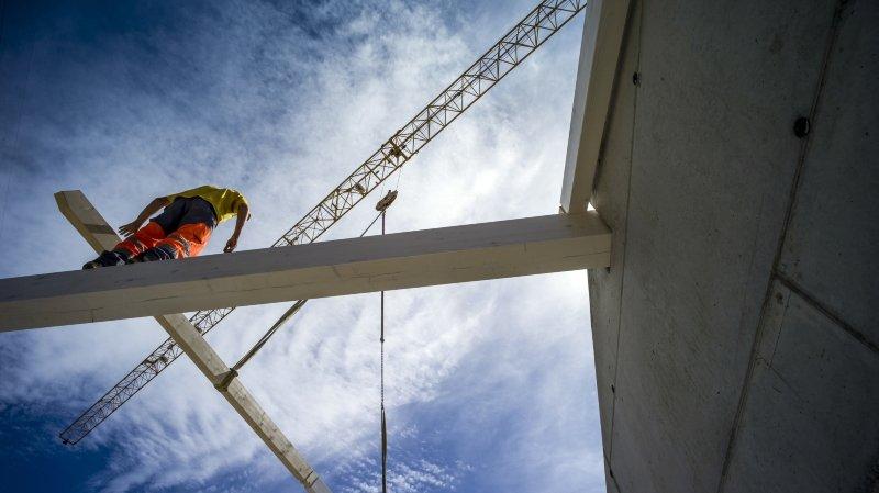 Construction: le prix du bois flambe