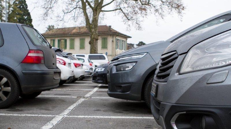 Le canton de Vaud veut vérifier que les voitures étrangères stationnées sur son territoire n'appartienne pas à des personnes domiciliées dans le canton.