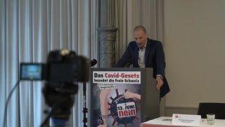 Loi Covid-19: les opposants dénoncent un texte liberticide