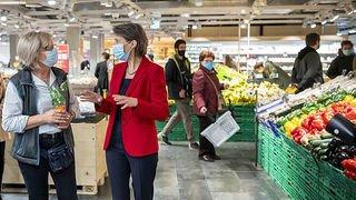 Simonetta Sommaruga rencontre des vendeuses à Lausanne pour le 1ermai