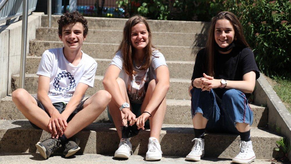 """Les gagnants du concours """"Begnins sans déchets"""", de gauche à droite: Antoine Reymond (1e prix), Camille Nevarro (2e prix) et Melissa Droz (cheffe des délégués de classe du collège de l'Esplanade)"""