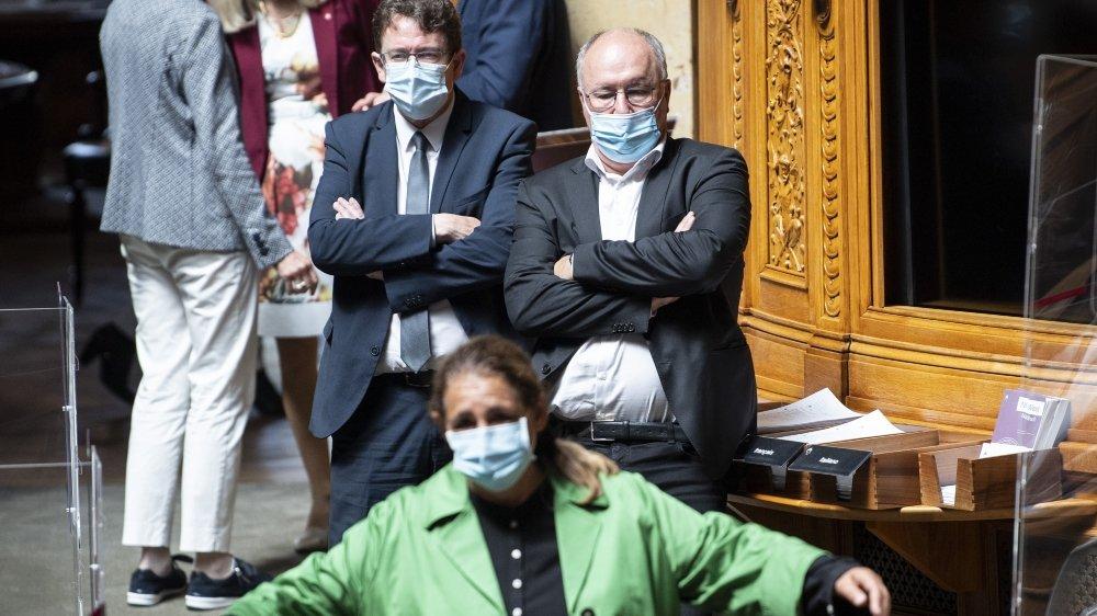 Lesconseillers nationaux Jacqueline Badran, (ps, ZH), Albert Rœsti (udc,BE), et Pierre-Yves Maillard (ps, VD), regardent le débat lors de la session d'été du Parlement suisse, mercredi 9 juin 2021, à Berne.