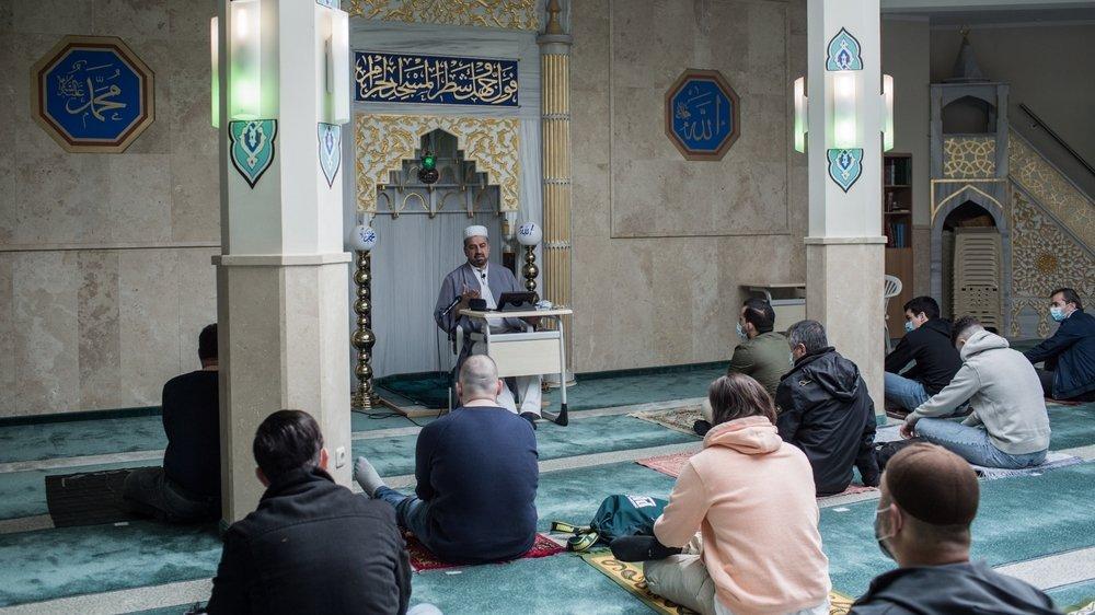 Un imam prend la parole à la mosquée Milli Görü de Hanovre, Basse-Saxe, en mai 2021.