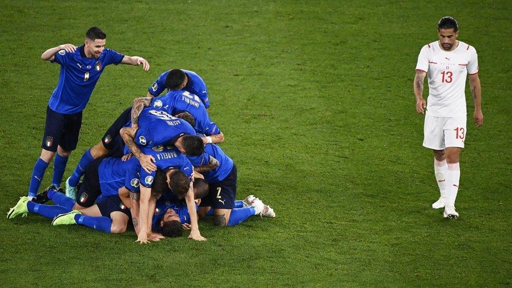 Les Italiens exultent après le 2-0 de Locatelli alors que Ricardo Rodriguez comprend tout le chemin qui sépare encore la Suisse des huitièmes de finale de l'Euro.