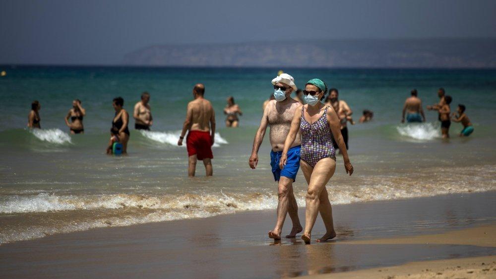 Un couple portant un masque sur une plage de Cadiz, dans le sud de l'Espagne, le 21 juin 2021.