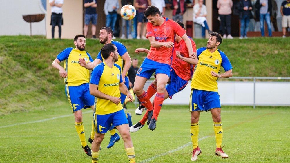 """Le Glandois Marco Pereira a survolé le derby remporté par les """"orange"""" face à Gingins."""