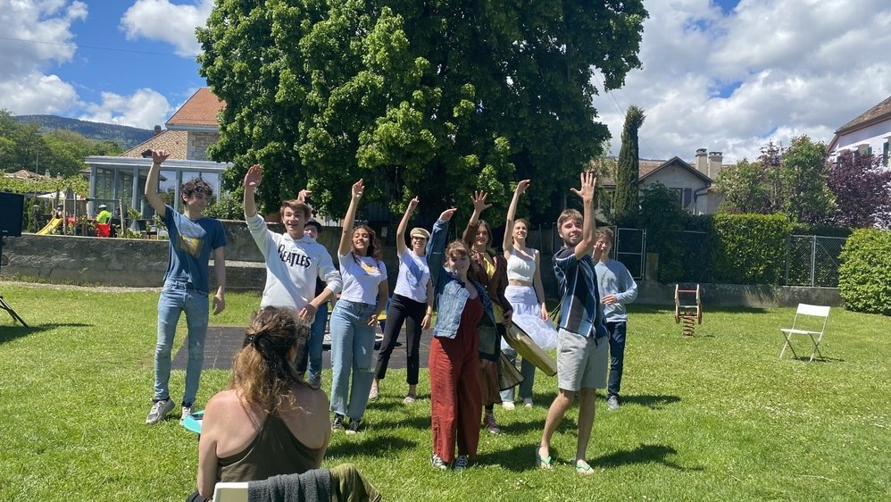 """Les dix jeunes de la troupe """"Case départ"""", ici en pleine répétition à la place de jeux de Crassier"""