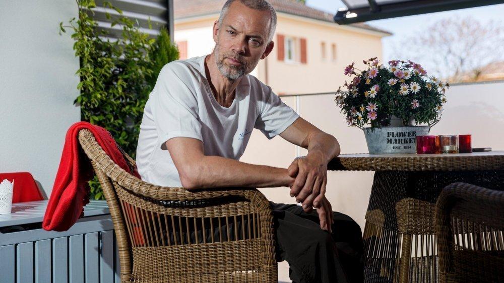 Yves Auberson, ne tremble plus depuis mars et son opération neurologique pour implanter des électrodes stimulant certaines zones de son cerveau. Le marcheur raconte ses premiers pas dans sa nouvelle vie.