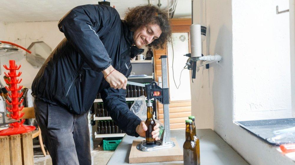 A Longirod, Pablo Bovy prépare des bières entièrement locales.