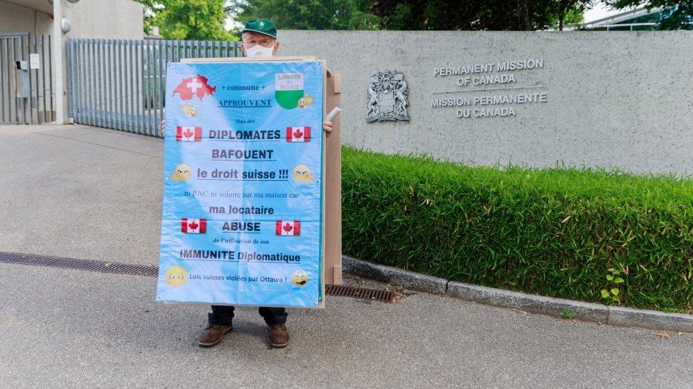 Gilbert Bezençon a été manifesté à plusieurs reprises devant la Mission permanente du Canada.
