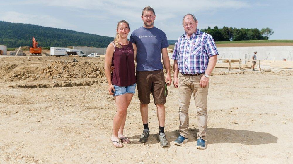 La construction de l'installation de biogaz avance à grands pas. Sur le chantier (de g. à dr.), Céline Schaller, Cédric Germain et Philippe Germain.