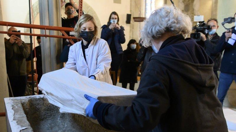 Abbatiale de Payerne: découverte d'ossements dans un tombeau du 19e