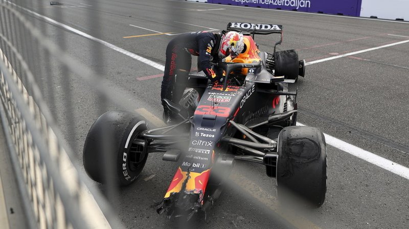 Max Verstappen sort de sa voiture après l'explosion d'un pneu.