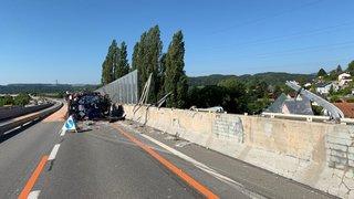 A5: un camion-citerne se couche sur l'autoroute