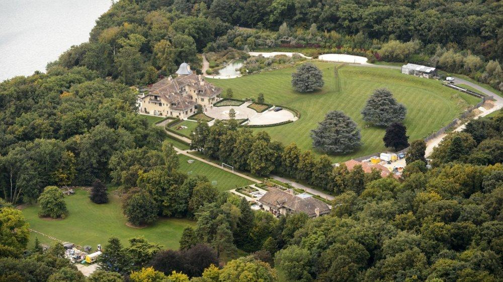 La villa se situerait en face de la demeure principale, côté Jura de la propriété des Schumacher.