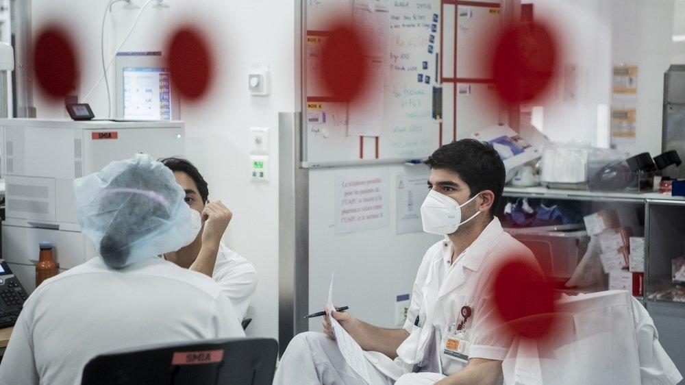 Si  cela se justifie, un employeur peut exiger de consulter le certificat Covid ou le carnet de vaccination  d'un employé. Photo: personnel médical dans l'unité de soins intensifs du CHUV en novembre 2020.